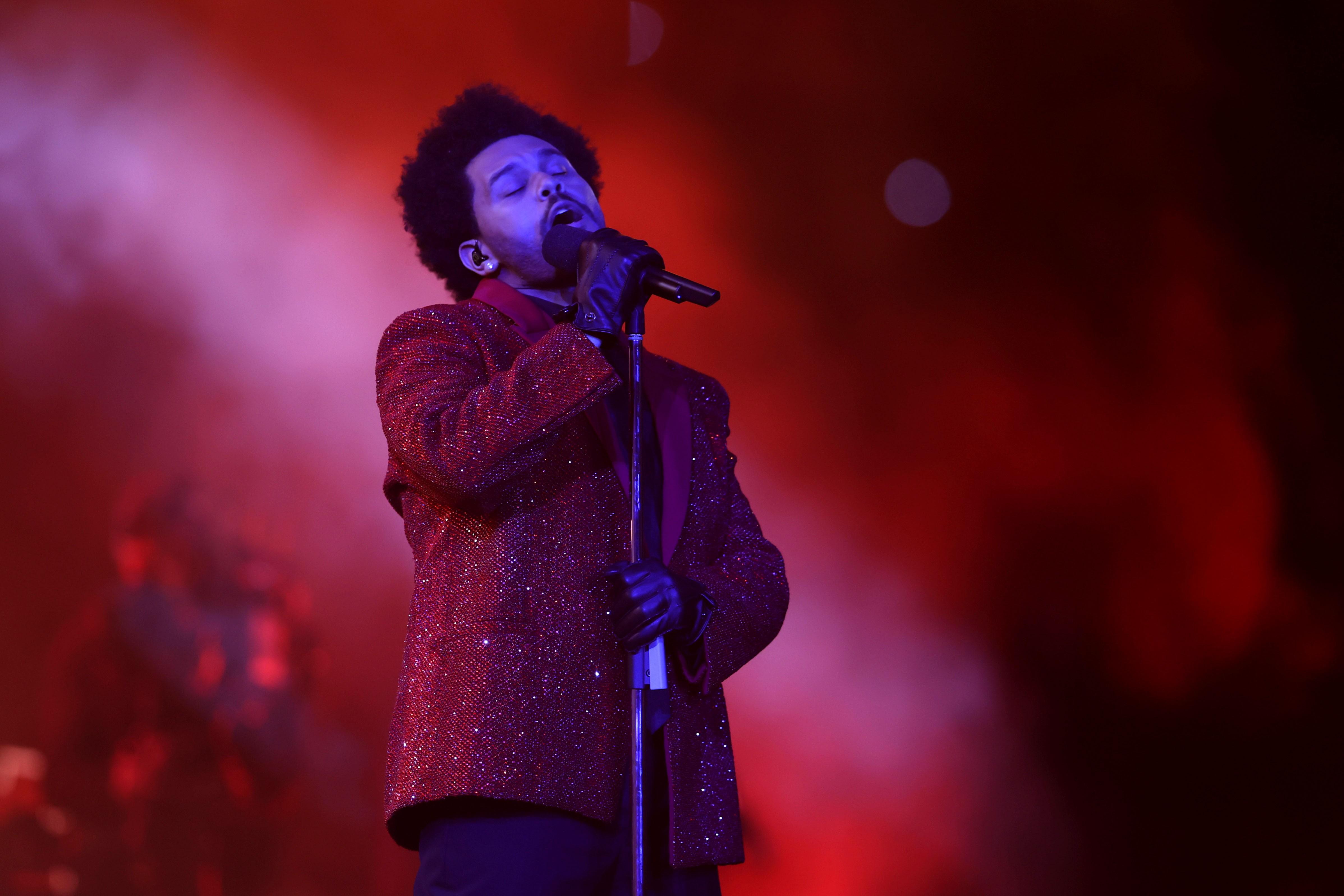 Super Bowl 2021: The Weeknd faz show com muita pirotecnia ...